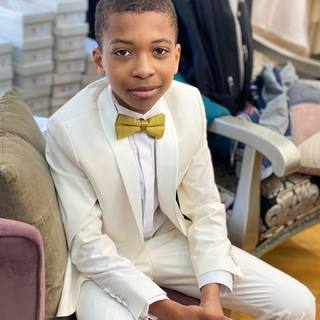 Little Gentleman🕴🏻 Retrouvez notre costume Jean dans nos boutiques et sur notre eshop #linkinbio ✨  #lespetitsmecs #costumeenfant #suitstyle #costumedesign #costumedesigner #modelkids #costumegarcondhonneur #bapteme #communionsuit #communion #kidsuit #smoking