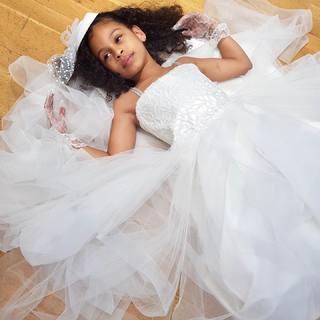 Avoir déjà tout une grande...💕 Notre robe portée par la magnifique petite princesse @lanou_style 🎀  Disponible dans notre boutique à 79€ seulement #linkinbio ✨  #lespetitsmecs #littleprincess #mariage #wedding #robedeprincesse #communion #bapteme #weddingkids
