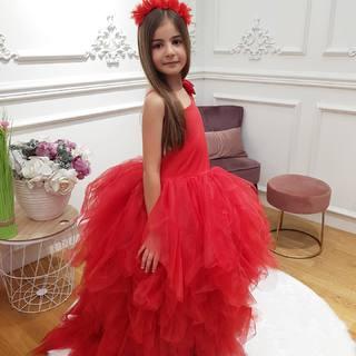 Notre petite princesse nous fait craquer dans notre Red Princess Dress ❤️ A découvrir dans nos boutiques et bientôt sur notre eshop #linkinbio ✨  #lespetitsmecs #robedeprincesse #princessgirl #cutebabygirl #dressprincess #wedding #mariage #communion